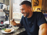 Podolski juga menyukai makanan khas Jepang (poldi_official/Instagram)