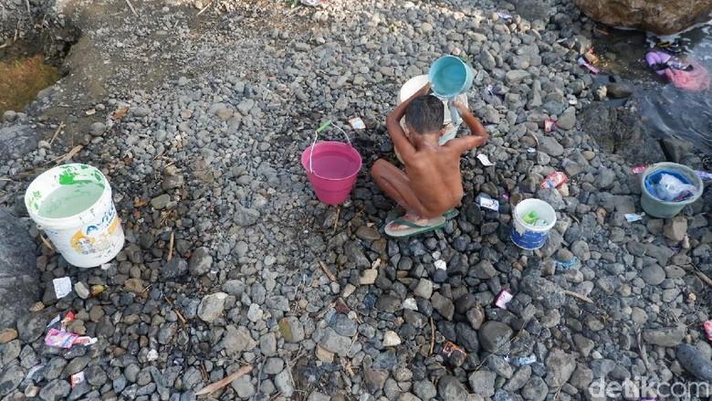 Kekeringan, Warga di Banjarnegara Mandi dan Cuci di Sungai Keruh