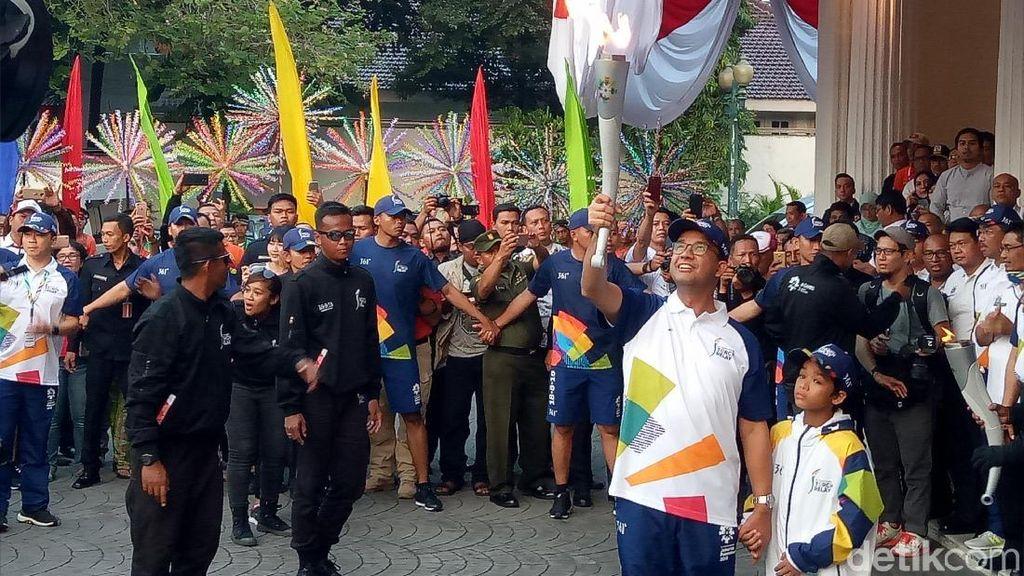 Terima Obor Asian Games, Anies Keliling Balai Kota