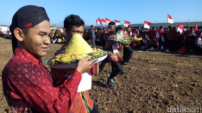 upacara memperingati kemerdekaan dengan tumpeng di ponorogo