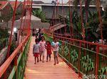 Foto: Saat Warga Menjajal Pengganti Jembatan Indiana Jones