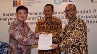 Presdir IIF Arisudono soerono, Pimpinan Divisi Bisnis dan Multinasional BNI Benny Yoslim, dan Dirut ATL, Djoko Sarwono menunjukan surat kerjasama sebagai Joint Mandated Lead Arranger Sindikasi Pembiayaan Proyek Sistem Penyediaan Air Minum (SPAM) Kota Bandar Lampung, di Jakarta, Rabu (15/8). Foto: dok. BNI