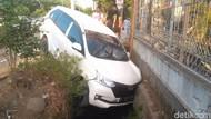 Hindari Pemotor, Mobil Xenia Nyungsep ke Selokan