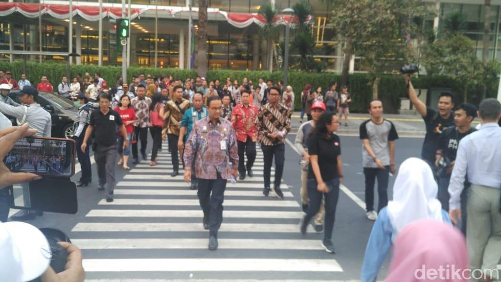 Sapa Warga di Thamrin, Anies Bagikan Peta Transportasi Jakarta