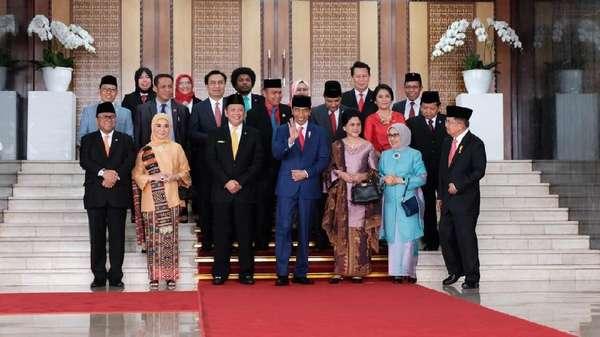 Jokowi Ditodong Foto Bareng Karyawan DPR di Sela Sidang Tahunan