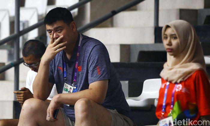 Legenda basket asal China Yao Ming menyaksikan pertandingan bola basket antara Filipina melawan Kazakhstan.
