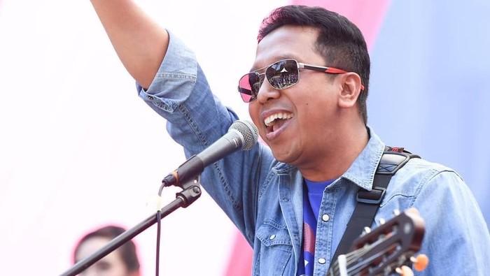 Selain jago berpolitik, Muhammad Romahurmuziy juga ahli dalam bernyanyi dan memainkan musik. Beberapa kali terlihat ia menyanyi di atas panggung untuk menghibur para penonton. (instagram/romahurmuziy)