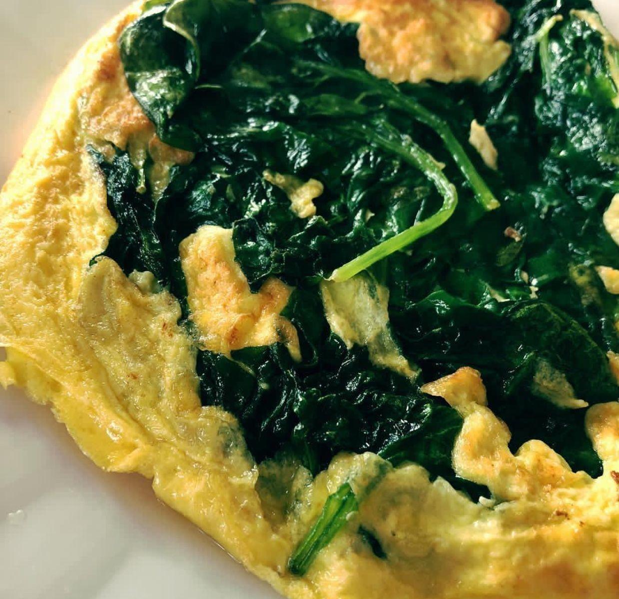 omelet dengan sayuran untuk sarapan sehat