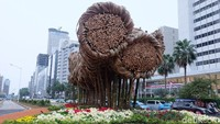 Anies pun berharap para atlet dan wisatawan dapat tertarik perhatiannya oleh instalasi seni bambu tersebut.