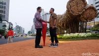Anies Baswedan dan Joko Avianto meresmikan instalasi seni Bambu Getah Getih di Bundaran HI, Jakarta Pusat pada Kamis (16/8).