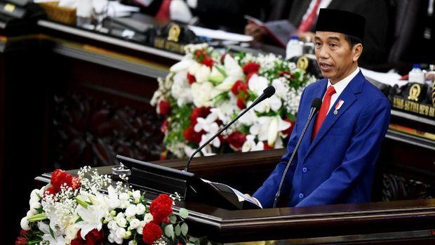 Presiden Joko Widodo saat menyampaikan pidato kenegaraan pada Sidang Tahunan MPR 2018 di Gedung Nusantara, Kompleks Parlemen, Jakarta, Kamis (16/8).