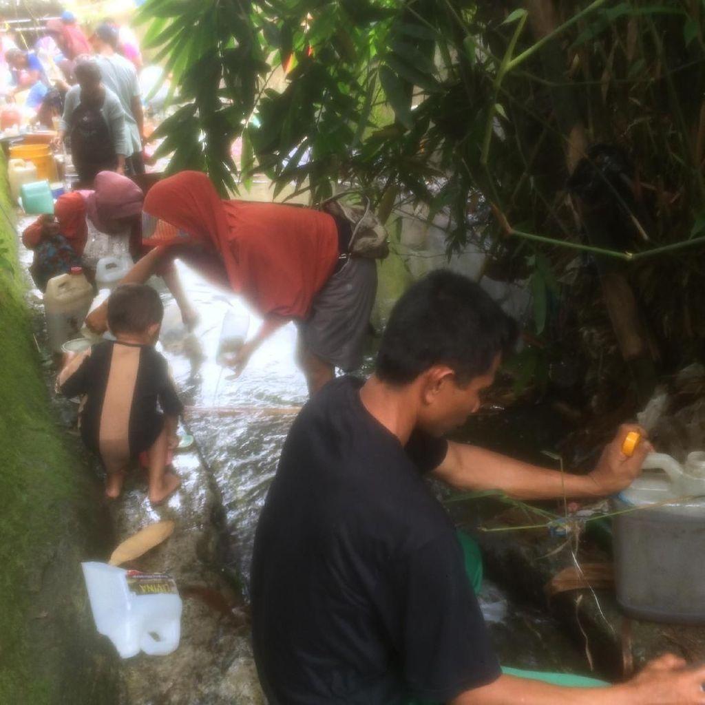 Riuhnya Warga Berebut Bocoran Avtur di Kali Taheng Ambon