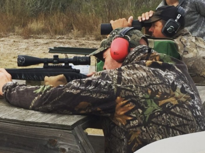 Dor! Menembak juga merupakan olahraga ekstrem yang dilakukan Stone Cold Steve Austin. (Foto:instagram/steveaustinbsr)