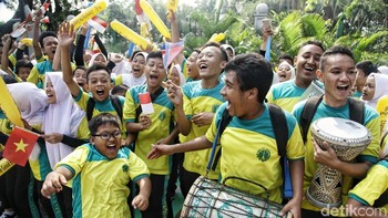 Kemeriahan Anak Sekolah Iringi Pawai Obor Asian Games di Jakarta Pusat