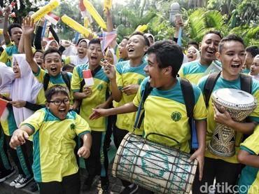 Anak-anak memeriahkan pawai obor Asian Games 2018 dengan menari diiringi alat musik gendang.