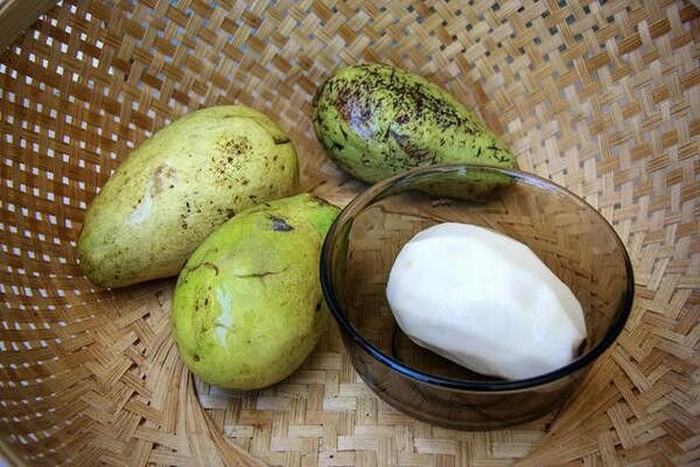 Yang satu ini namanya buah wanyi. Bentuknya sekilas mirip mangga namun ia punya daging warna putih. Rasanya manis asam. Pohon buah ini paling banyak ada di pedalaman Kalimantan Timur. Foto: Istimewa
