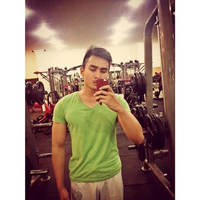 Makanya gym jadi tempat akrabnya untuk membentuk otot di lengannya. (Foto: Instagram/lutfiagizal)