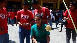 Saat Pemain Cantik Timnas U-16 Portia Fischer Lomba Makan Kerupuk