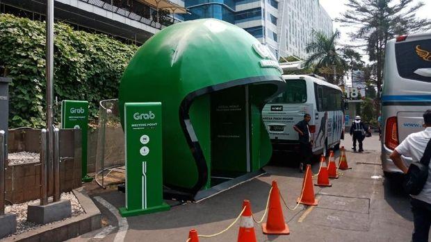 Halte Grab ditempatkan di lay bay bus Mal fX Sudirman
