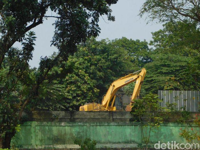 Sekitar 3 truk tronton membawa beton konstruksi ke area proyek rumah DP Rp 0 di Pondok Kelapa Jakarta Timur, pada Rabu malam, (15/8/2018). Pantauan detikFinance di sekitar lokasi yang juga bersebelahan dengan TPU Pondok Kelapa, Kamis (16/8/2018), pasca datangnya beton-beton untuk tiang pancang, pagi ini sudah tampak aktivitas pekerjaan proyek.
