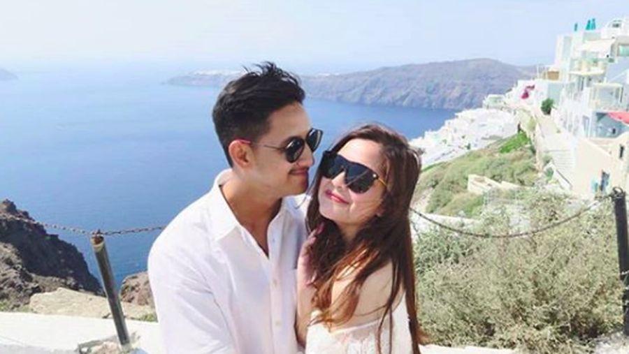 Foto: Semua pasangan pasti memimpikan berbulan madu di tempat yang romantis. Salah satunya adalah ke Santorini, Yunani. Begitu juga Tasya Kamila dan suaminya Randi Bachtiar. (randibachtiar/Instagram)