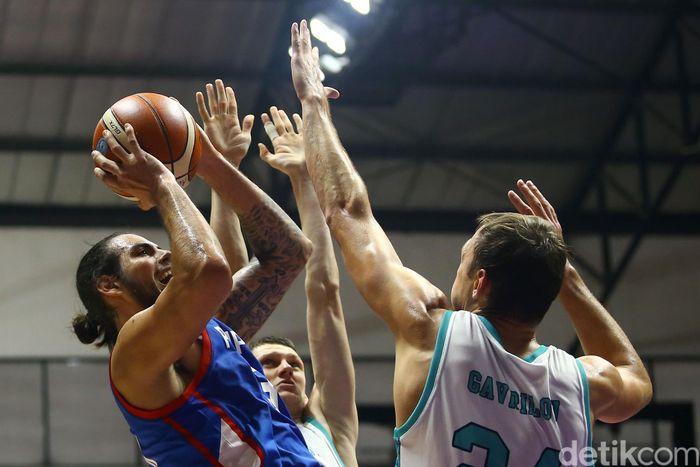 Tim bola basket Filipina berhadapan dengan tim bola basket Kazakhstan di babak penyisihan bola basket putra dalam ajang Asiang Games 2018.