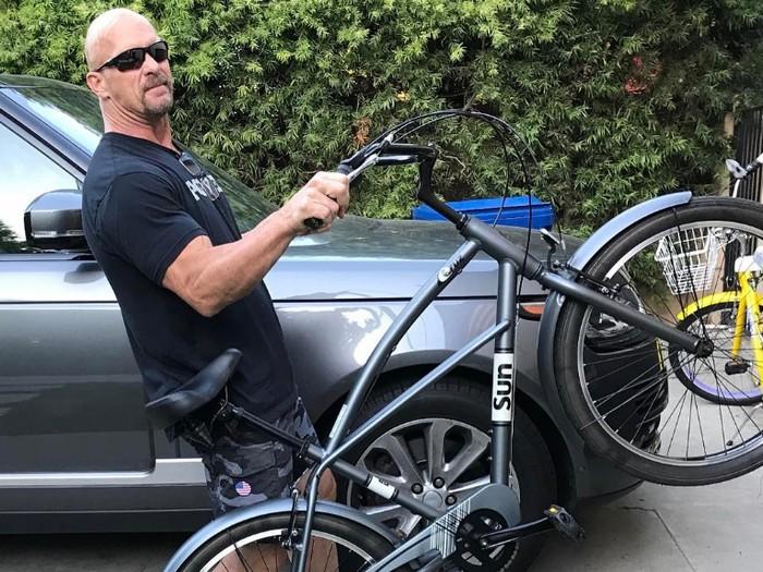 Tak ada roda 4, roda 2 pun jadi. Stone Cold Steve Austin juga gemar bersepeda. (Foto:instagram/steveaustinbsr)