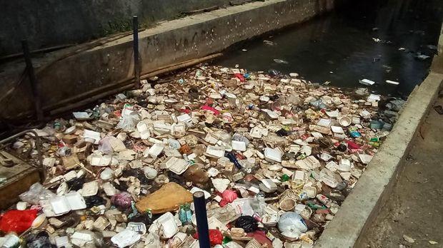 Penampakan tumpukan sampah di kali di komplek Balai Kota Depok