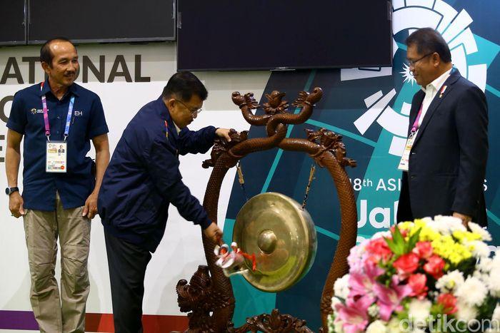 Wakil Presiden Jusuf Kalla memukul gong sebagai tanda diresmikannya International Broadcast Center (IBC) di JCC Senayan, Jakarta, Kamis (16/8/2018).
