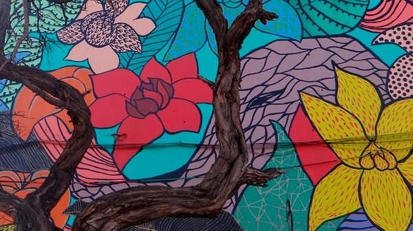 Bukan cuma jadi cantik, San Miguel juga telah resmi menjadi museum mural street art terbuka terbesar di Chile. (museoacieloabiertoensanmiguel.cl)