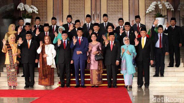 Jokowi 'Ditodong' Foto Bareng Karyawan DPR di Sela Sidang Tahunan