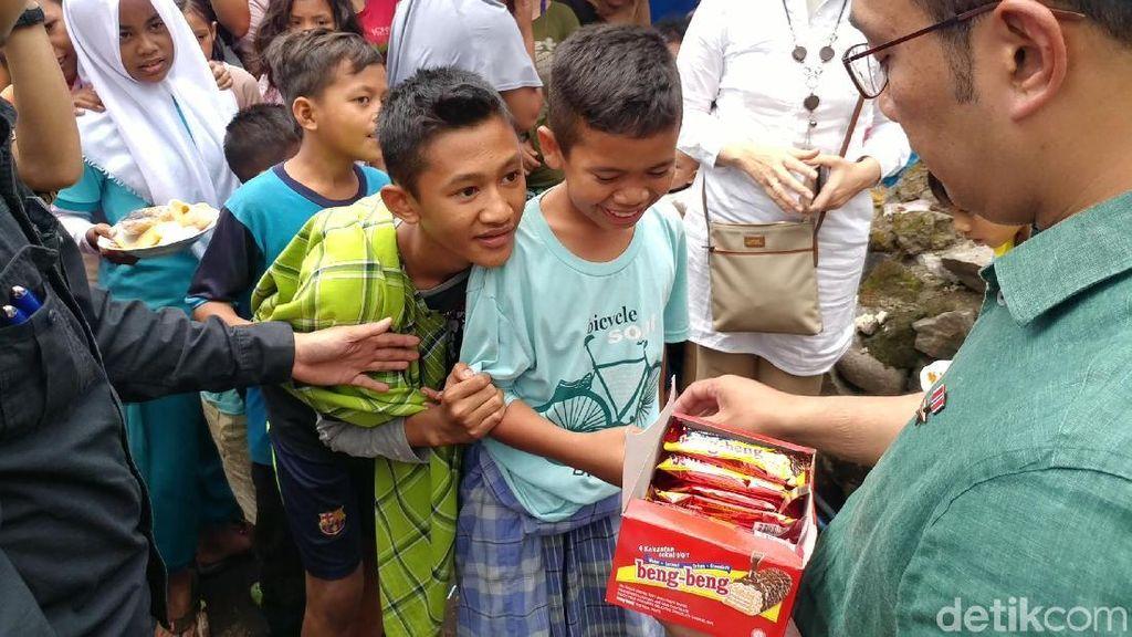 Ridwan Kamil Bagi-bagi Coklat ke Korban Gempa Lombok