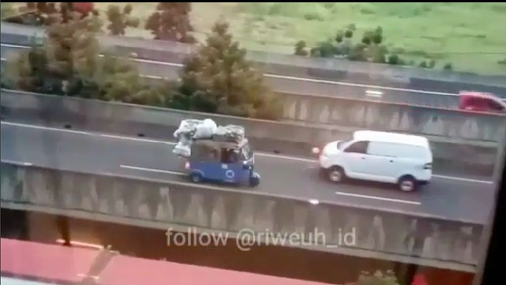 Waduh, Bajaj Ini Berputar Arah di Jalan Layang Seenak Jidat