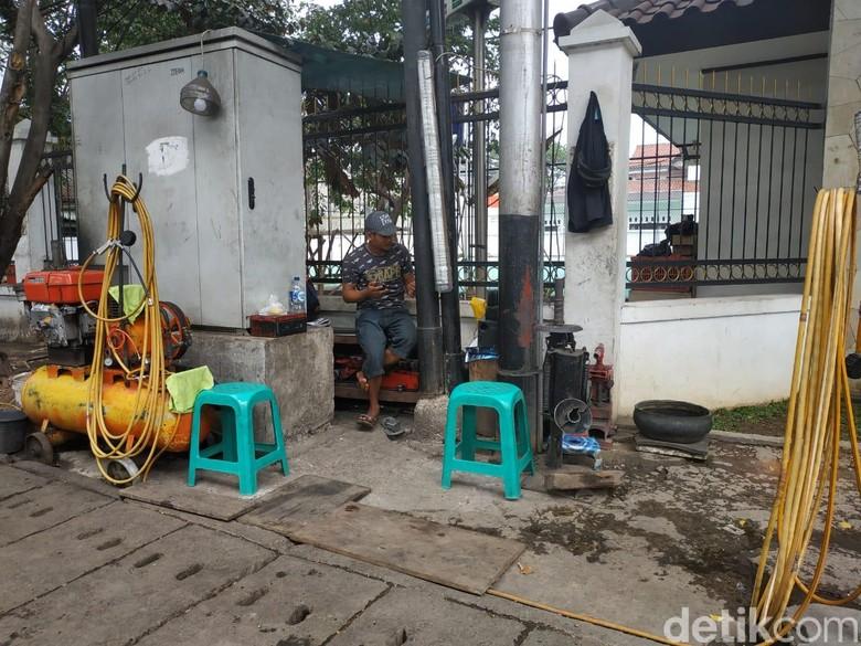 Tambal ban di trotoar Foto: Ridwan Arifin/detikOto