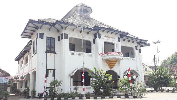 Gedung juang dicat warna putih