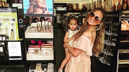 Sulitnya Chrissy Teigen Meminta Putrinya Senyum Saat Difoto