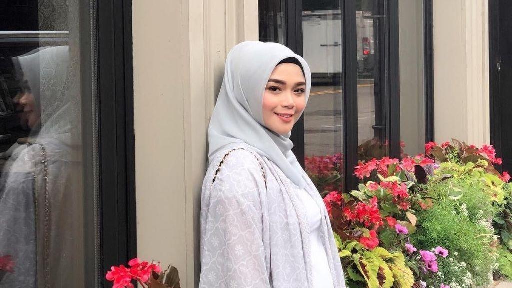 Foto: Cantiknya Sheza Idris Berhijab, Seperti Ini Pilihan Gayanya