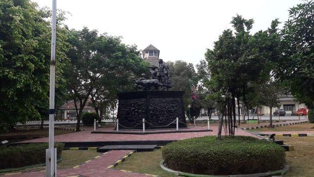 Monumen relief perjuangan melawan penjajah di gedung Juang