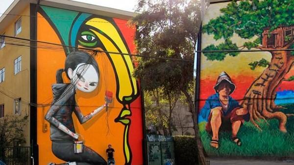 Mereka menggunakan mural untuk menyegarkan bangunan-bangunan yang terlihat kumuh dengan mural. (museoacieloabiertoensanmiguel.cl)
