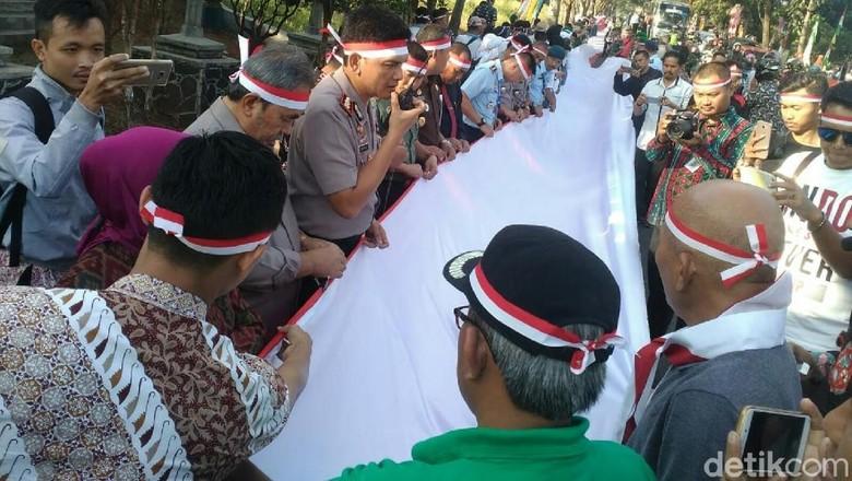 Warga Banjar Jahit Bendera Merah-Putih Sepanjang 3,3 KM