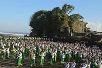 Tanah Lot dikenal sebagai tempat ibadah umat Hindu yang terletak di atas sebuah batu karang besar. Keindahan yang bisa dilihat dari pulau karang ini selalu jadi incaran tiap wisatawan. Isimewa/dok. Pemkab Tabanan