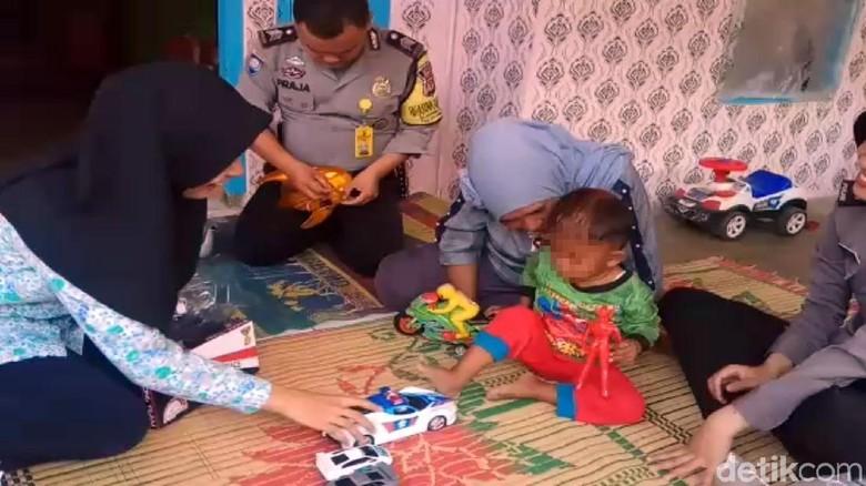 Balita Perokok di Sukabumi Semringah Dikasih Mobil Mainan