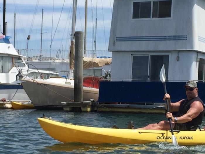 Bosan ngebut-ngebutan? Santai sejenak menyusuri kanal dengan kayak. (Foto:instagram/steveaustinbsr)