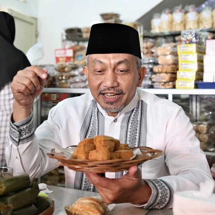 Ahmad Syaikhu merupakan politisi sekaligus mantan Wakil Wali Kota Bekasi. Ia dikenal sebagai sosok yang ramah dan merakyat, selain itu beliau juga gemar kulineran. Foto: Instagram @syaikhu_ahmad_