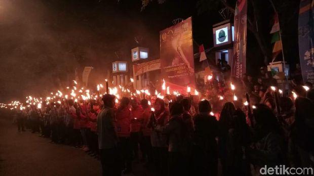 Sambut HUT ke-73 RI, Ribuan Warga Garut Pawai Obor