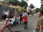 Rayakan HUT RI di Jalan Jaksa, Sandiaga Dipeluk Emak-emak