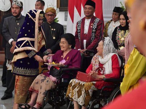 Jokowi menggelar acara potong tumpeng syukuran hari ulang tahun (HUT) ke-73 RI di Istana Merdeka, Jakarta.