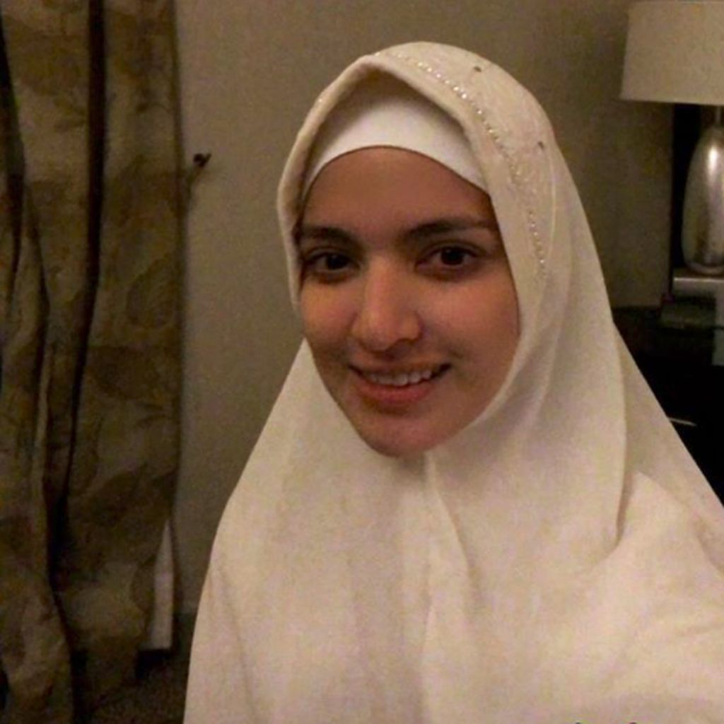Ke Tanah Suci Bareng Ardi Bakrie, Nia Ramadhani Cantik Berhijab
