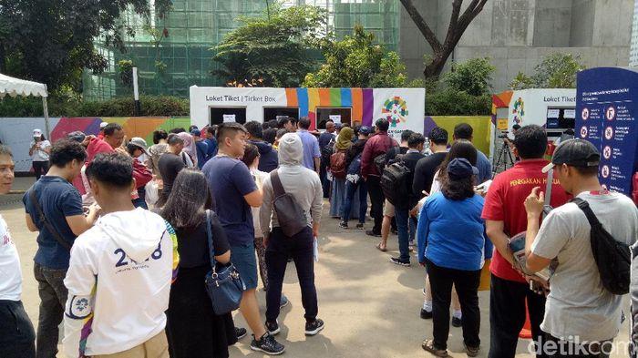 Antrean penukaran tiket opening ceremony Asian Games 2018, Jumat (17/8/2018) di Pintu 7 GBK. (Randy Prasatya/detikSport)