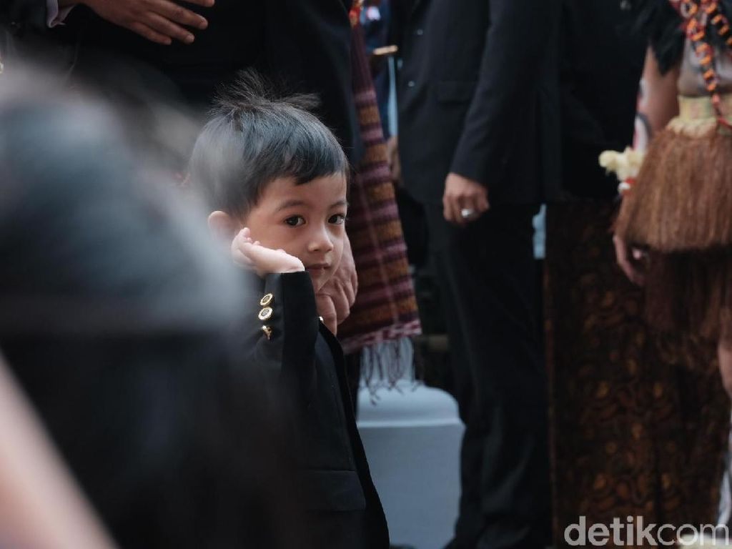 Gaya Cucu Jokowi Jawab Wawancara